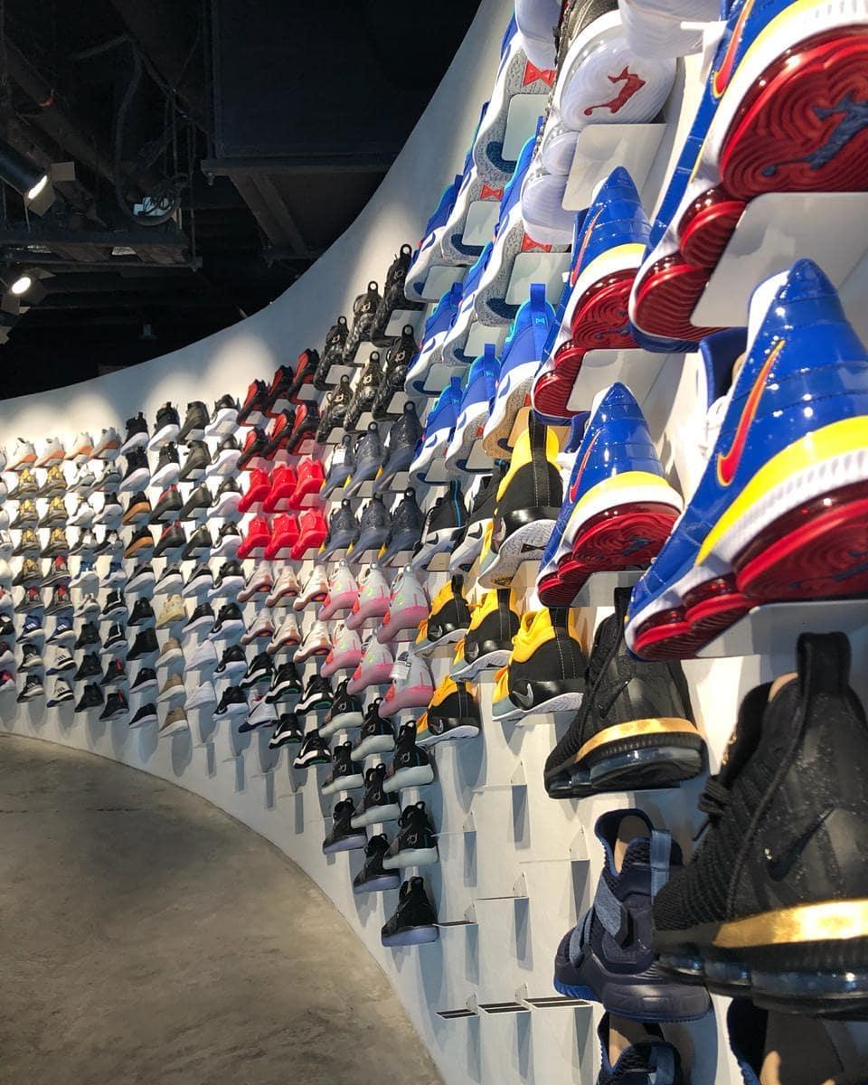 Toko sneaker di Singapura. Instagram @dinushka_p