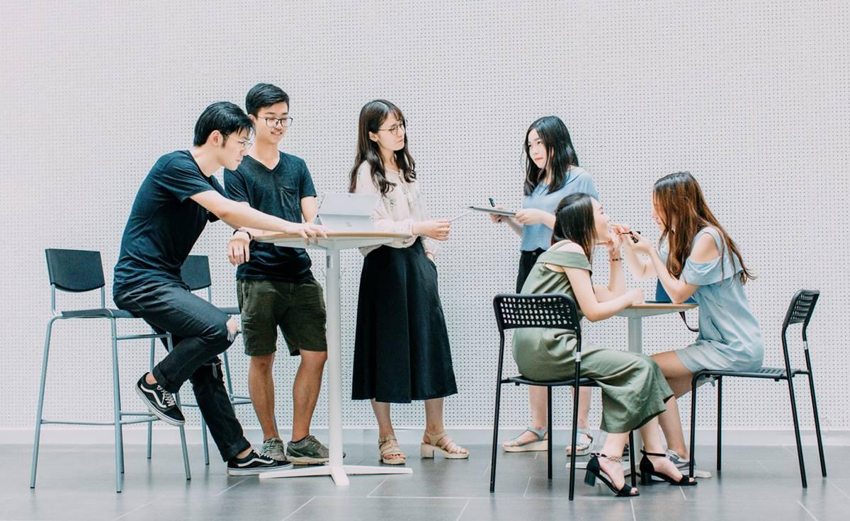 Ilustrasi mahasiswa sedang kerja di masa kuliah. Akson on Unsplash