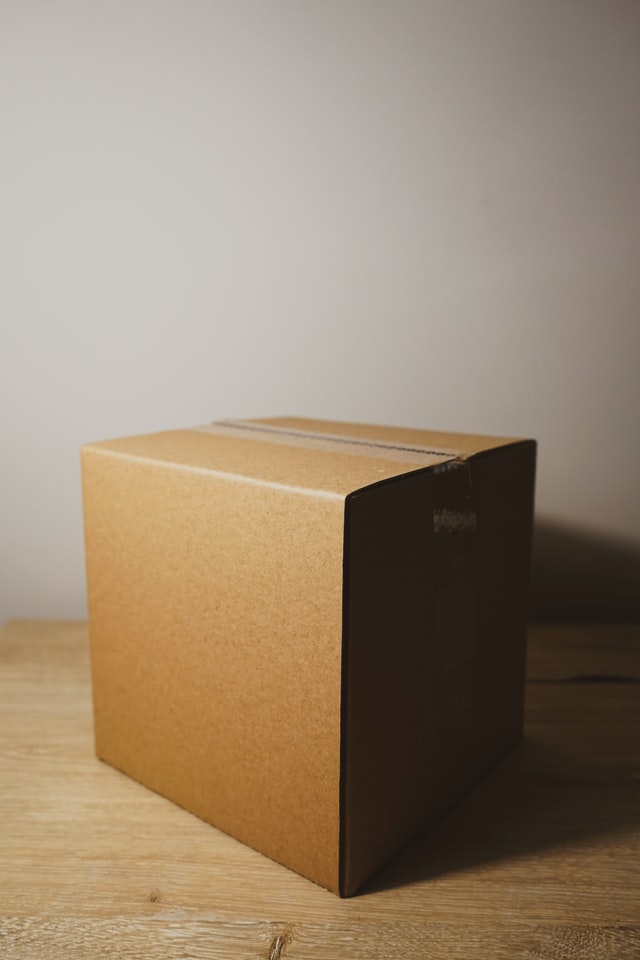 Ilustrasi paket dikemas dengan kardus. (Photo by Brandable Box on Unplash)