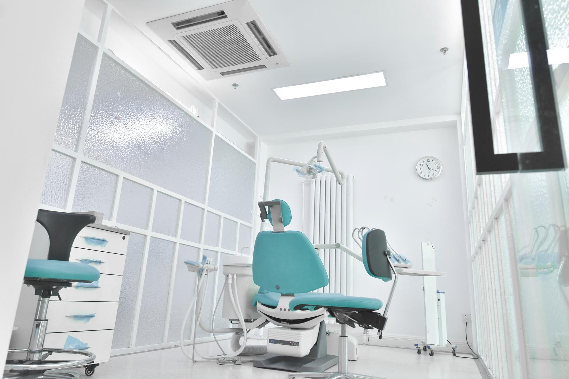 Ilustrasi ruang perawatan di klinik dokter gigi. (H Shaw on Unsplash)
