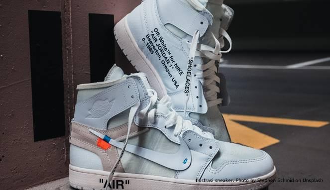 Ilustrasi sneaker. Photo by Stephen Schmid on Unsplash