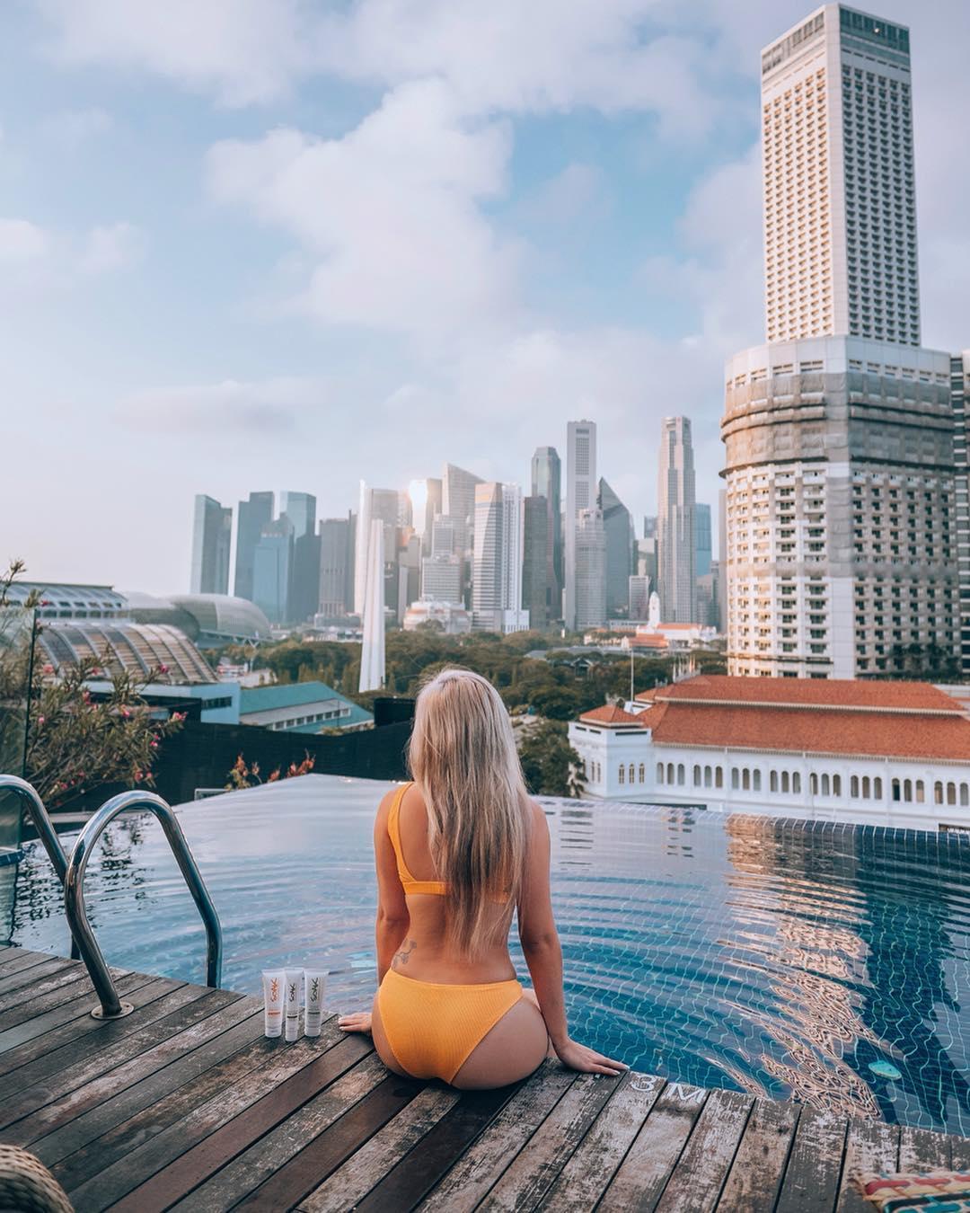 Infinity pool di Naumi Hotel Singapore. Instagram @cherrielynn
