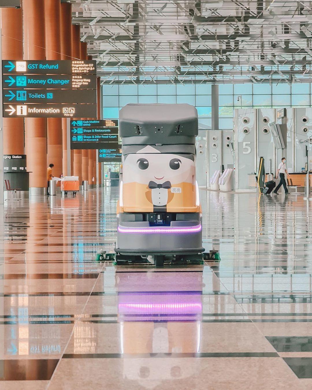 Robot pembersih otomatis. Instagram @changiairport