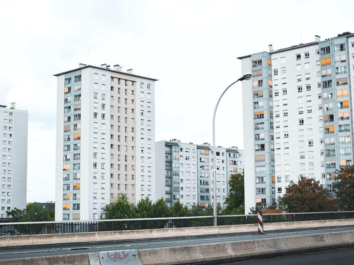 Ilustrasi apartemen dekat pusat kota. Photo by Vlad B on Unsplash