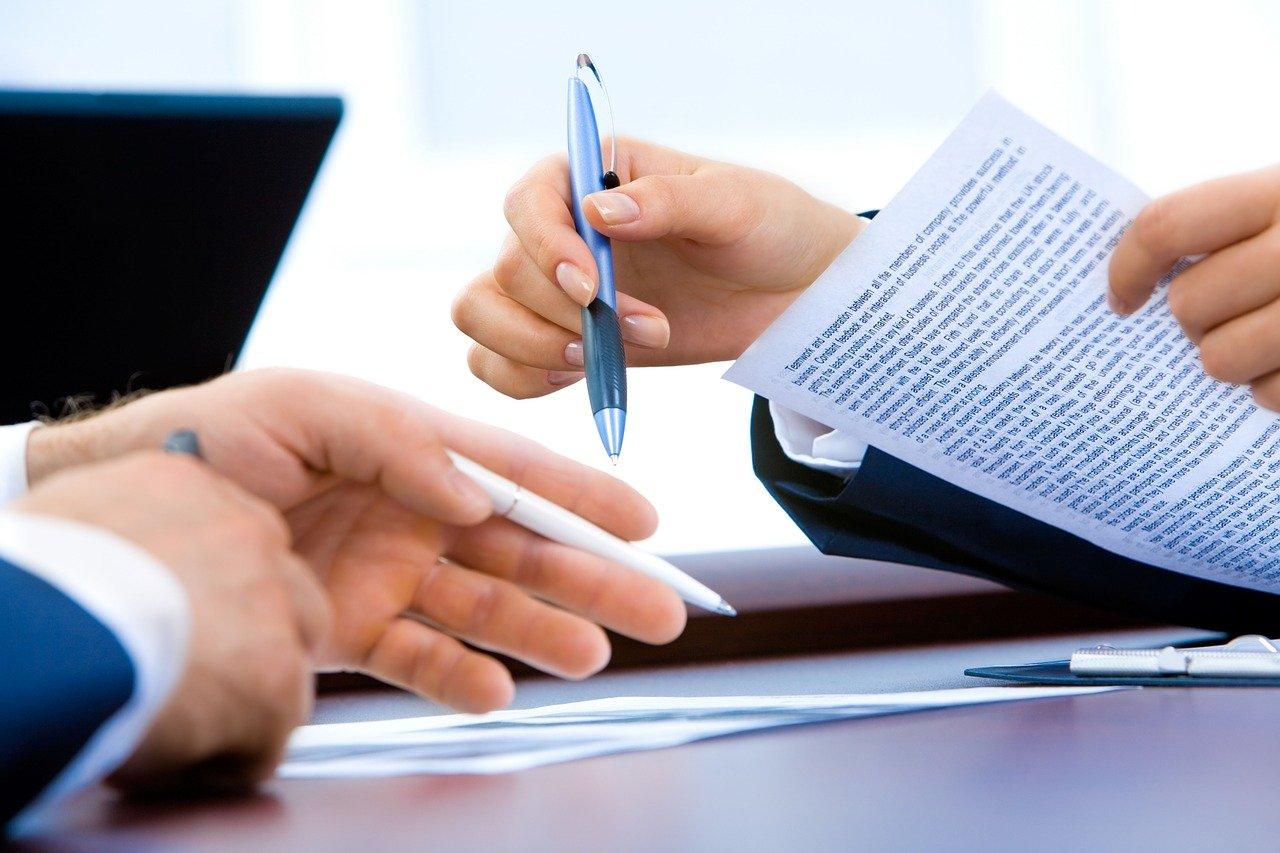 Ilustrasi dua orang sepakat terhadap suatu kontrak. Photo by aymane jdidi on Pixabay
