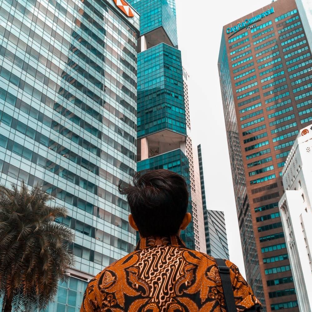 Ilustrasi gedung perkantoran di Singapura. Photo by Tusik Only on Unsplash