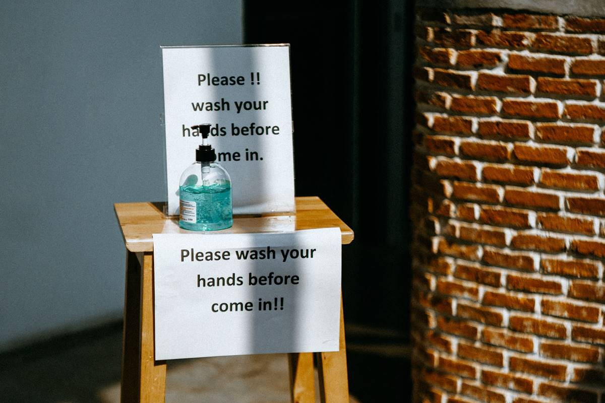 Ilustrasi hand sanitizer di depan kafe. Photo by Kseniia Ilinykh on Unsplash