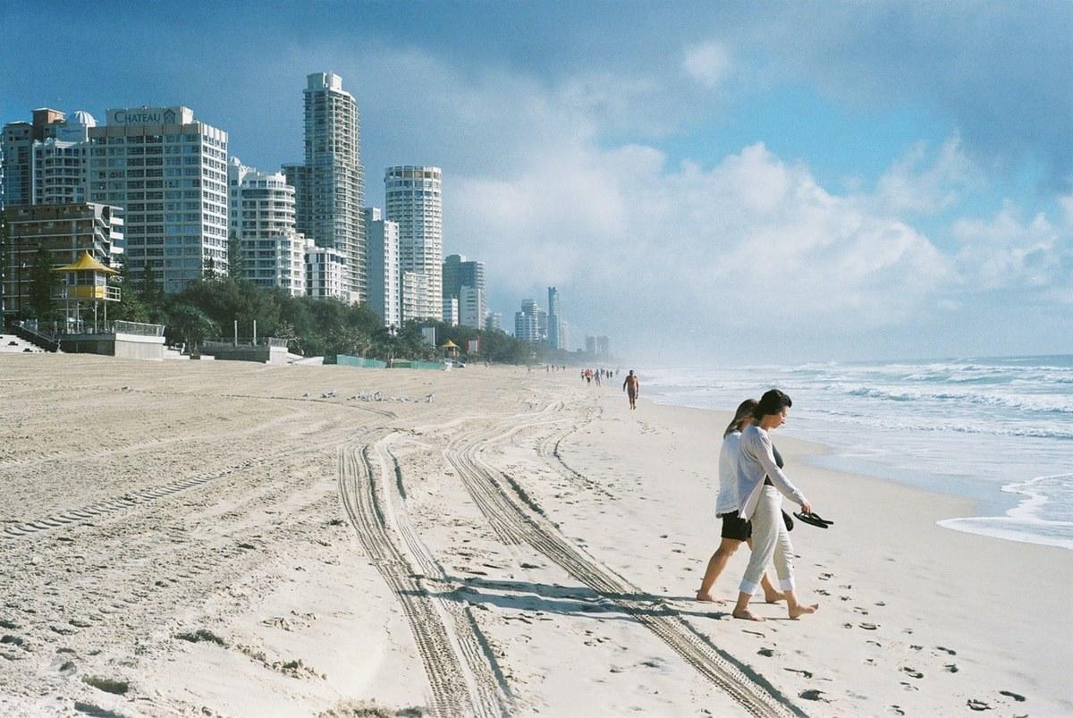 Ilustrasi kondominium dekat laut. Photo by Faris Kassim on Unsplash
