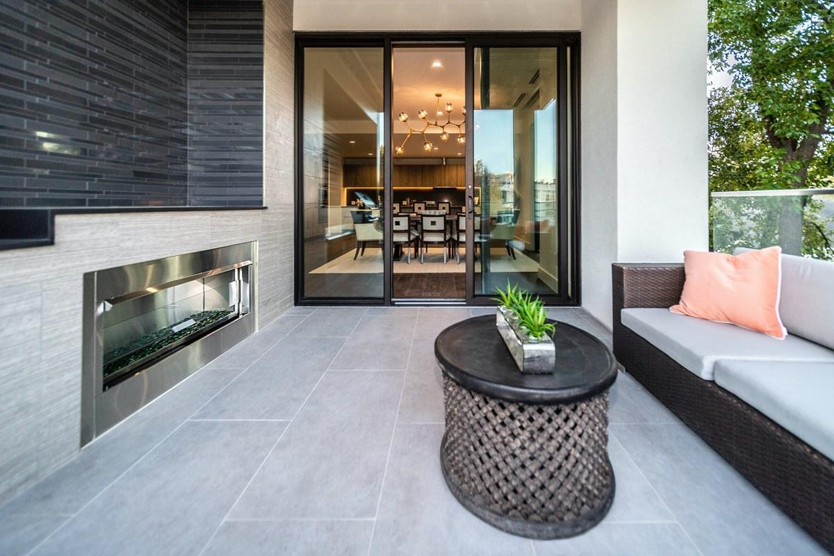 Ilustrasi kondominium dengan teras pribadi. Photo by Random Sky on Unsplash