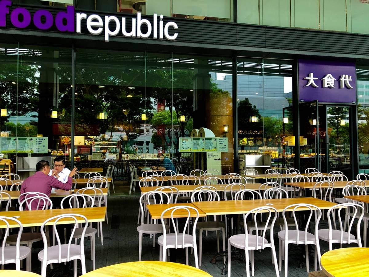 Ilustrasi meja di tempat makan. Photo by L YS on Unsplash