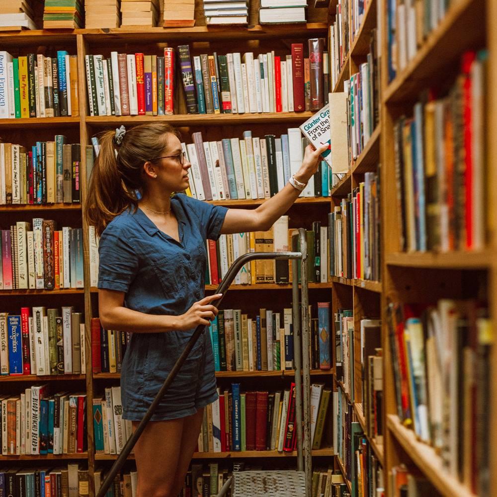 Ilustrasi menata buku di perpustakaan. Photo by Samantha Hentosh on Unsplash