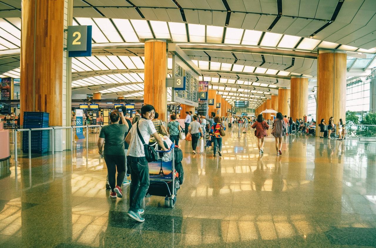 Ilustrasi orang melakukan perjalanan. Photo by Adrian Agawin on Pexels