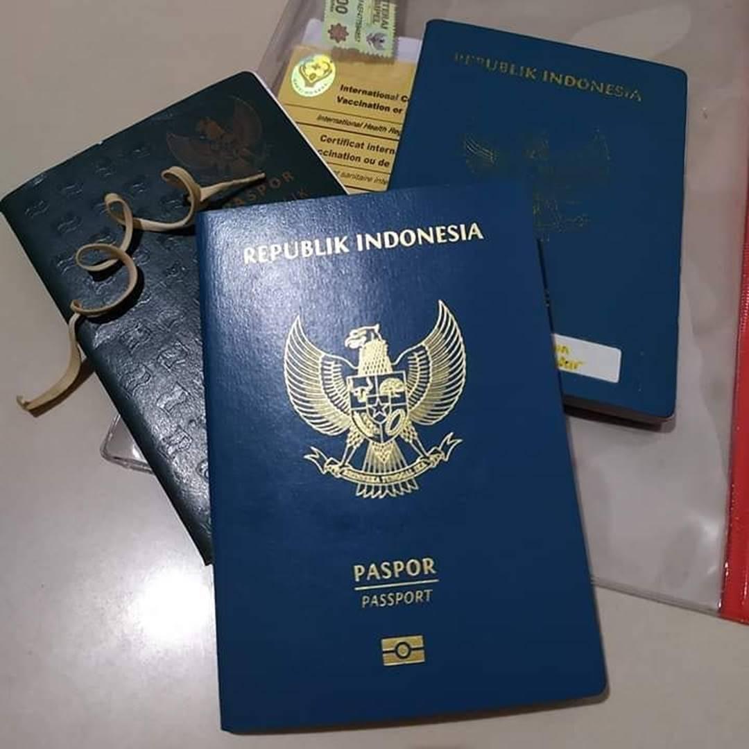 Ilustrasi paspor elektronik dengan cip di sampul. Instagram @asisarief