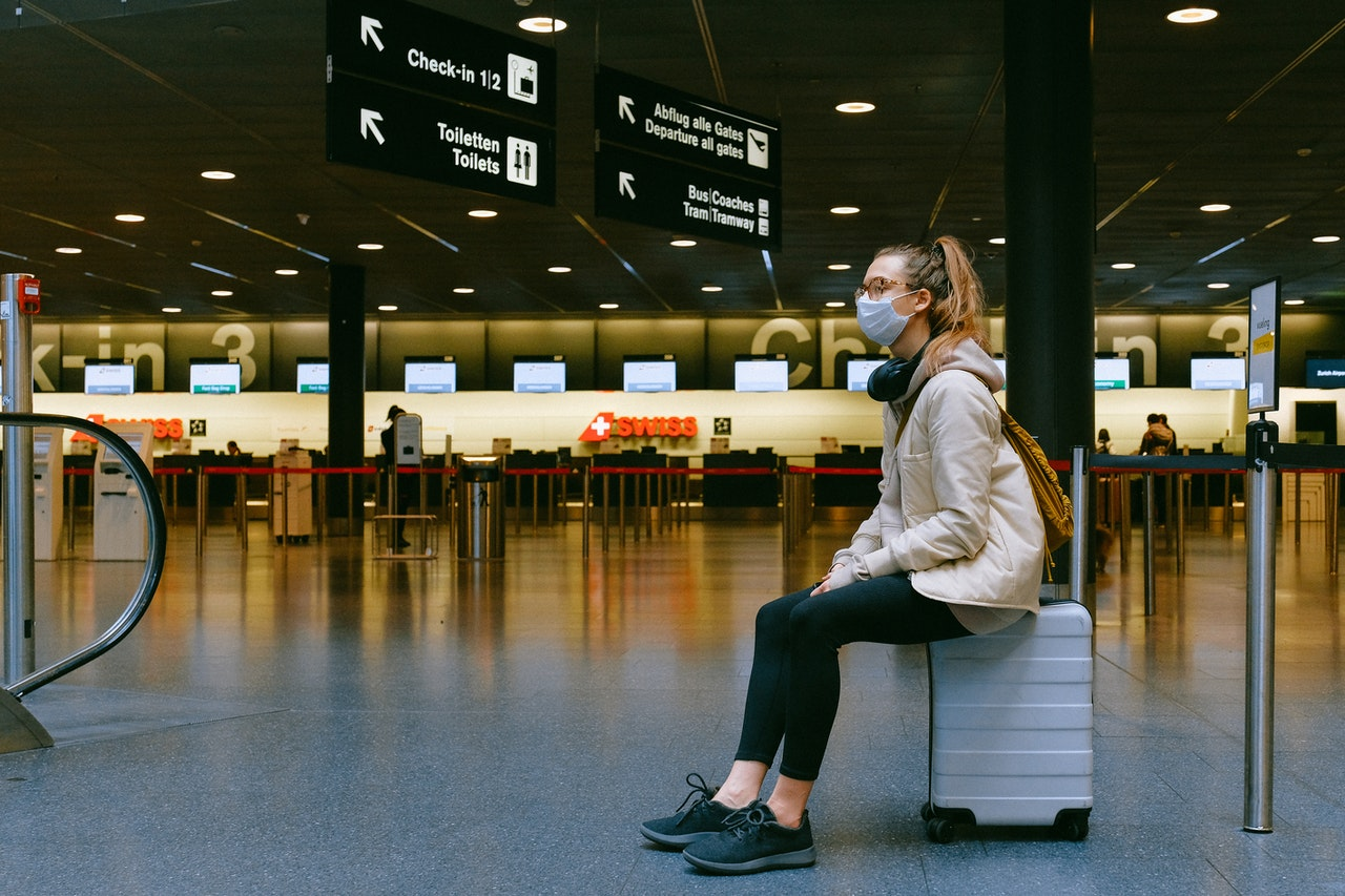 Ilustrasi seseorang sedang duduk di bandara. Photo by Anna Shvets on Pexels