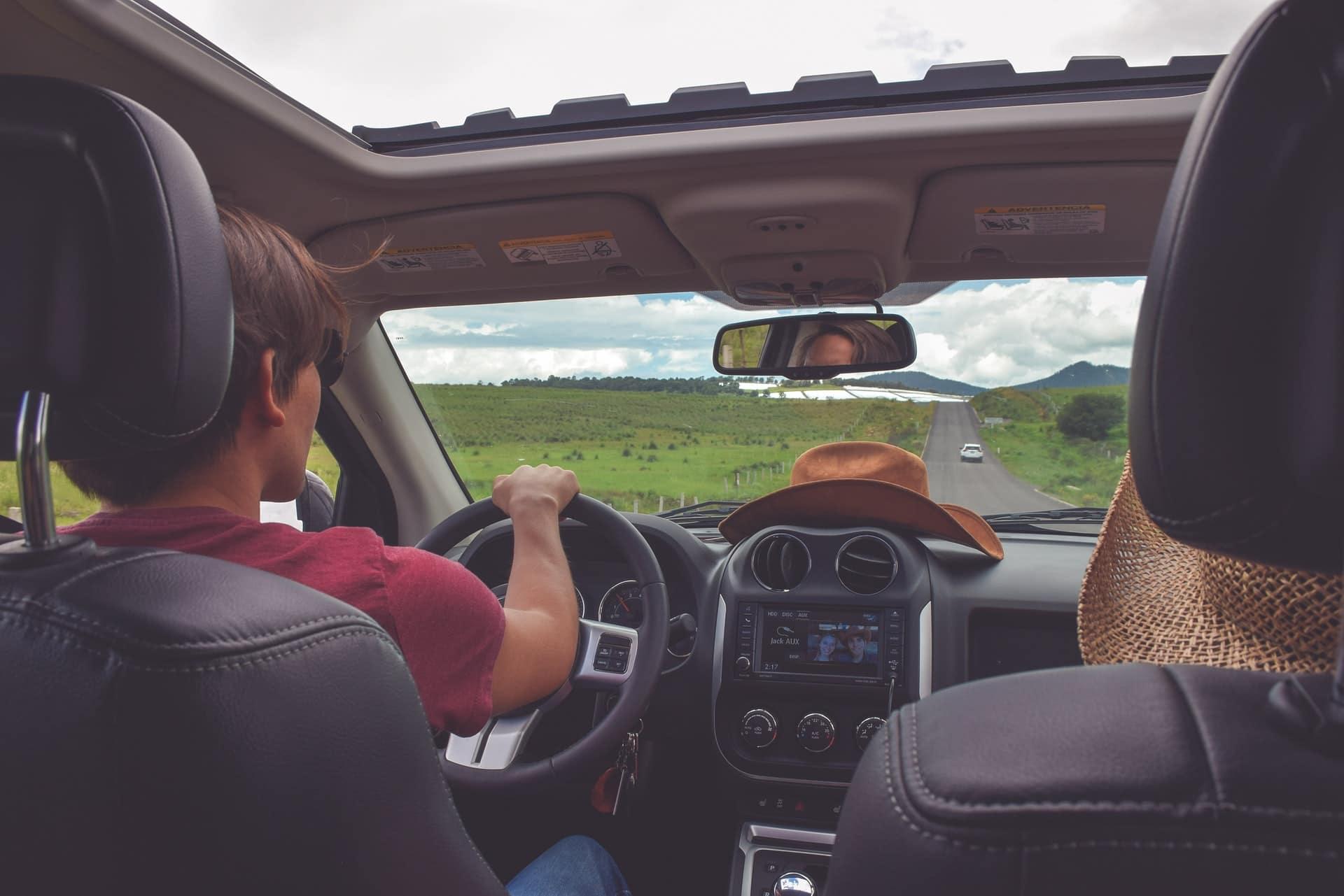 Ilustrasi seseorang sedang mengemudi mobil. Photo by Alex Jumper on Unsplash