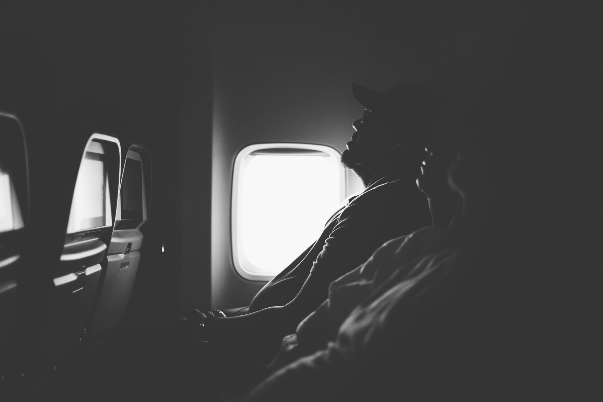 Ilustrasi tidur di pesawat. Photo by Annie Theby on Unsplash