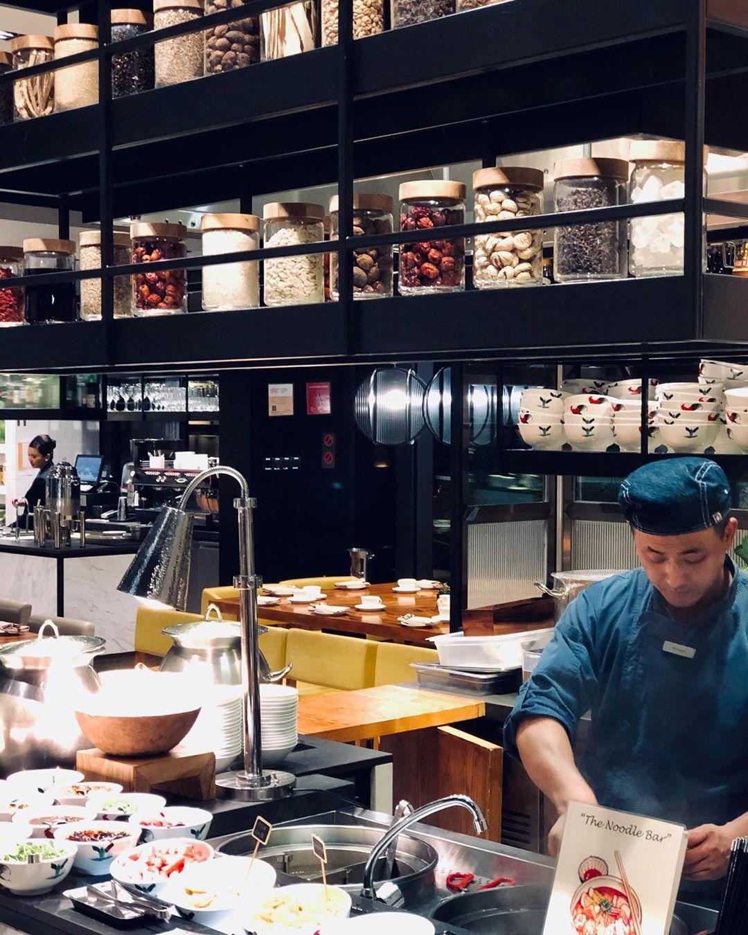 Ilustrasi chef sedang meracik pesanan pelanggan. Instagram @chefraheel