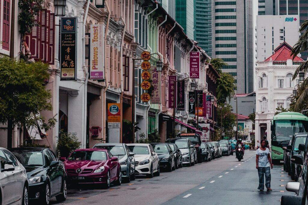 Ilustrasi deretan mobil di Singapura. Photo by Lily Banse on Unsplash
