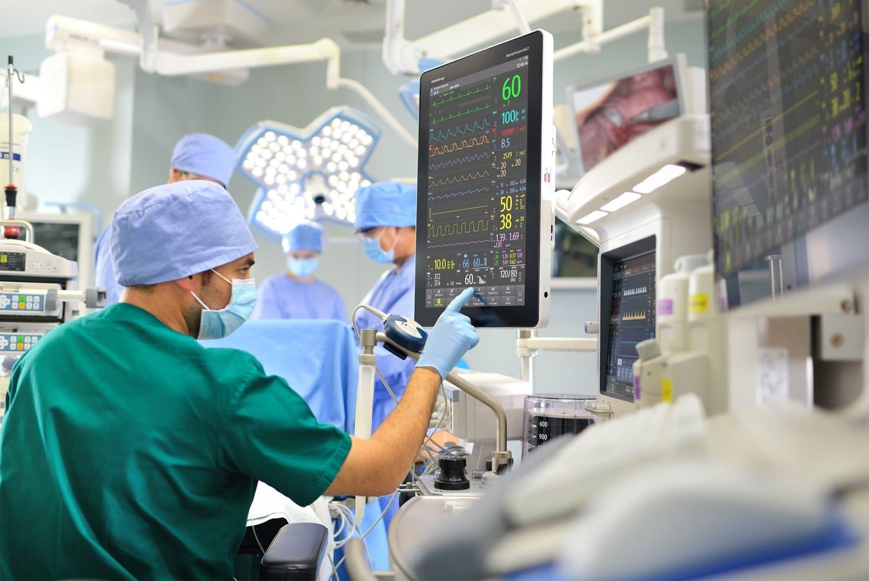 Ilustrasi dokter sedang melakukan operasi. Photo by Javier Matheu on Unsplash