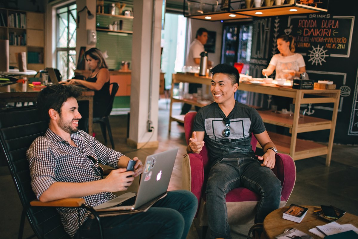 Ilustrasi dua orang tengah bekerja di sebuah coffee shop. Photo by Helena Lopes on Unsplash