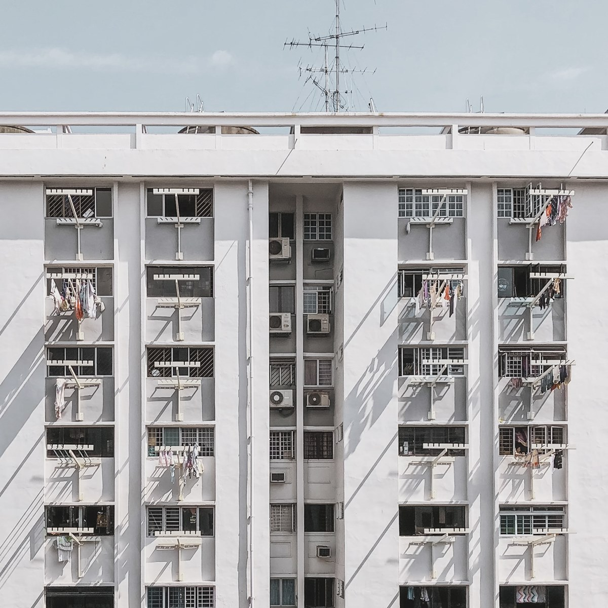 Ilustrasi flat di Singapura. Photo by Modern Affliction on Unsplash
