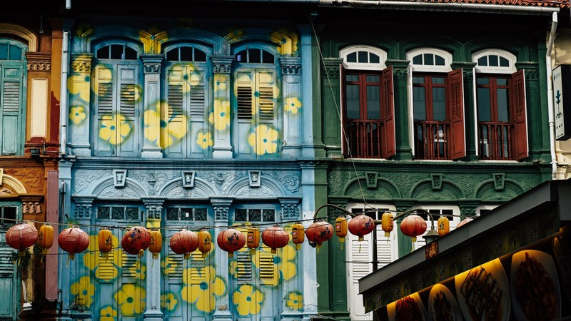 Ilustrasi lampion di area Chinatown. Photo by Jack Hunter on Unsplash