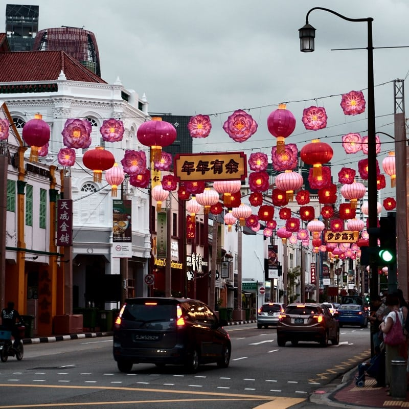 Ilustrasi lampion warna-warni di Chinatown Singapura. Photo by Josh Spires on Unsplash