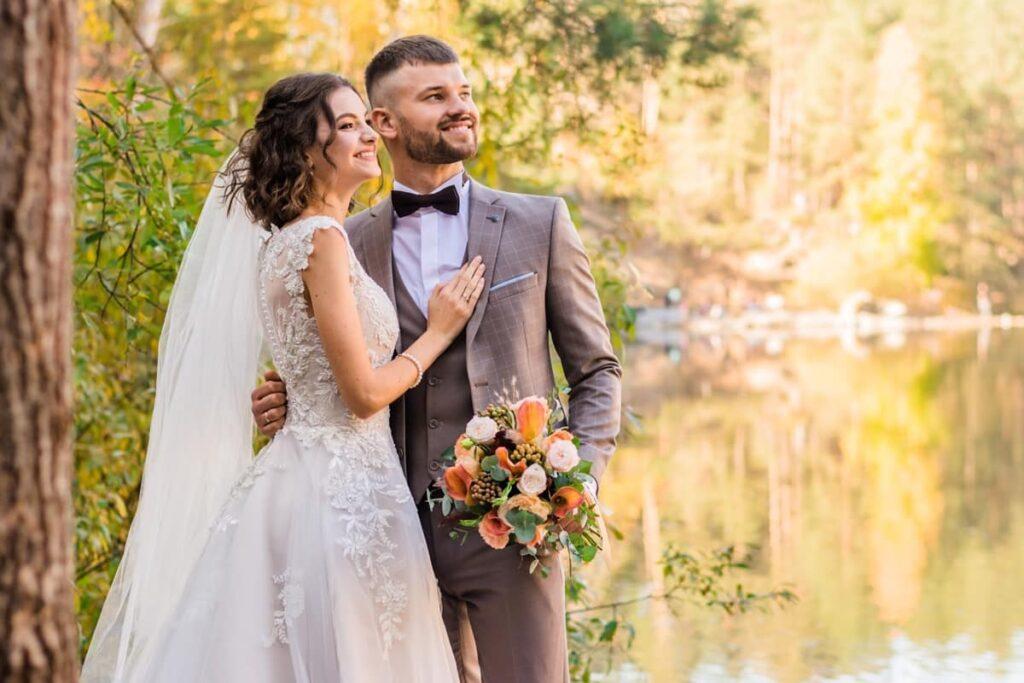 Ilustrasi mempelai pengantin melakukan foto pre-wedding. Photo by Eugenivy Reserv on Unsplash