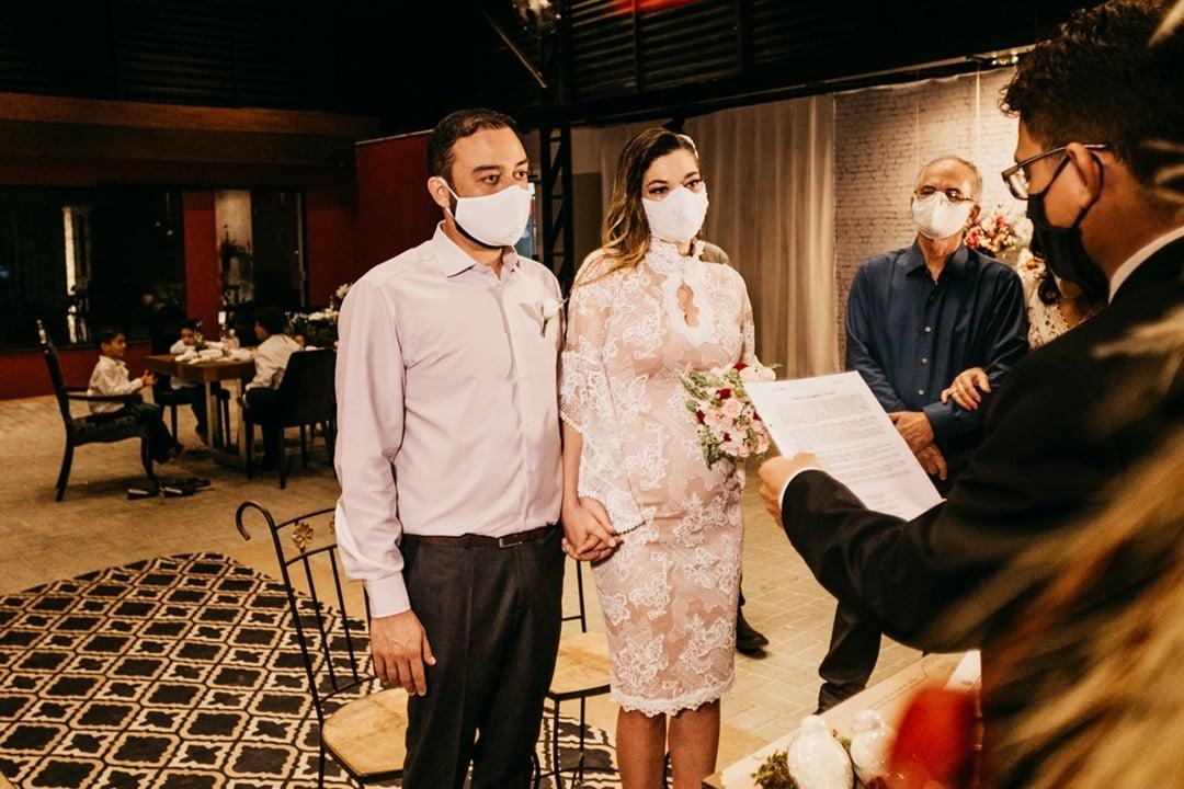 Ilustrasi mempelai pengantin melakukan pemberkatan pernikahan. Photo by Jonathan Borba on Unsplash