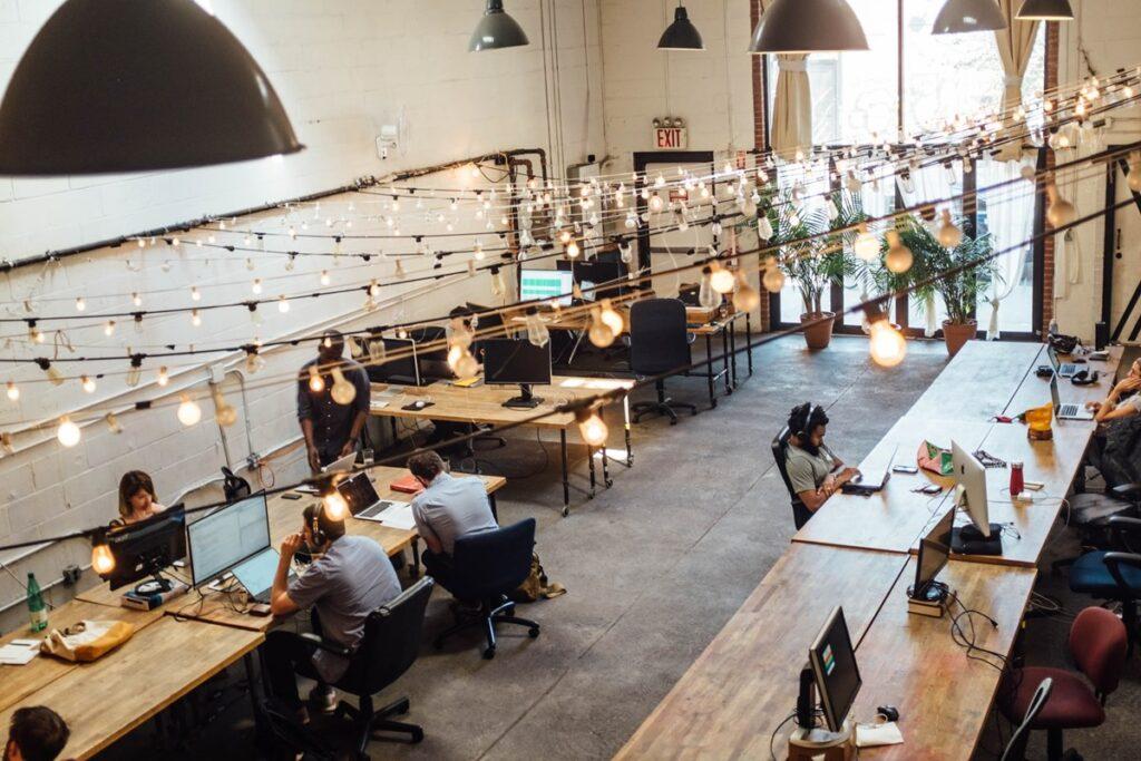 Ilustrasi orang sedang bekerja di kantor. Photo by Shridhar Gupta on Unsplash