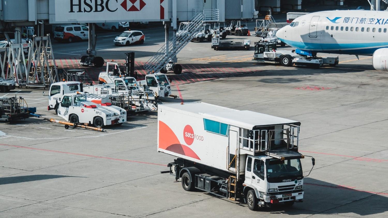 Ilustrasi proses pengiriman mobil via kargo. Photo by Goh Rhy Yan on Unsplash