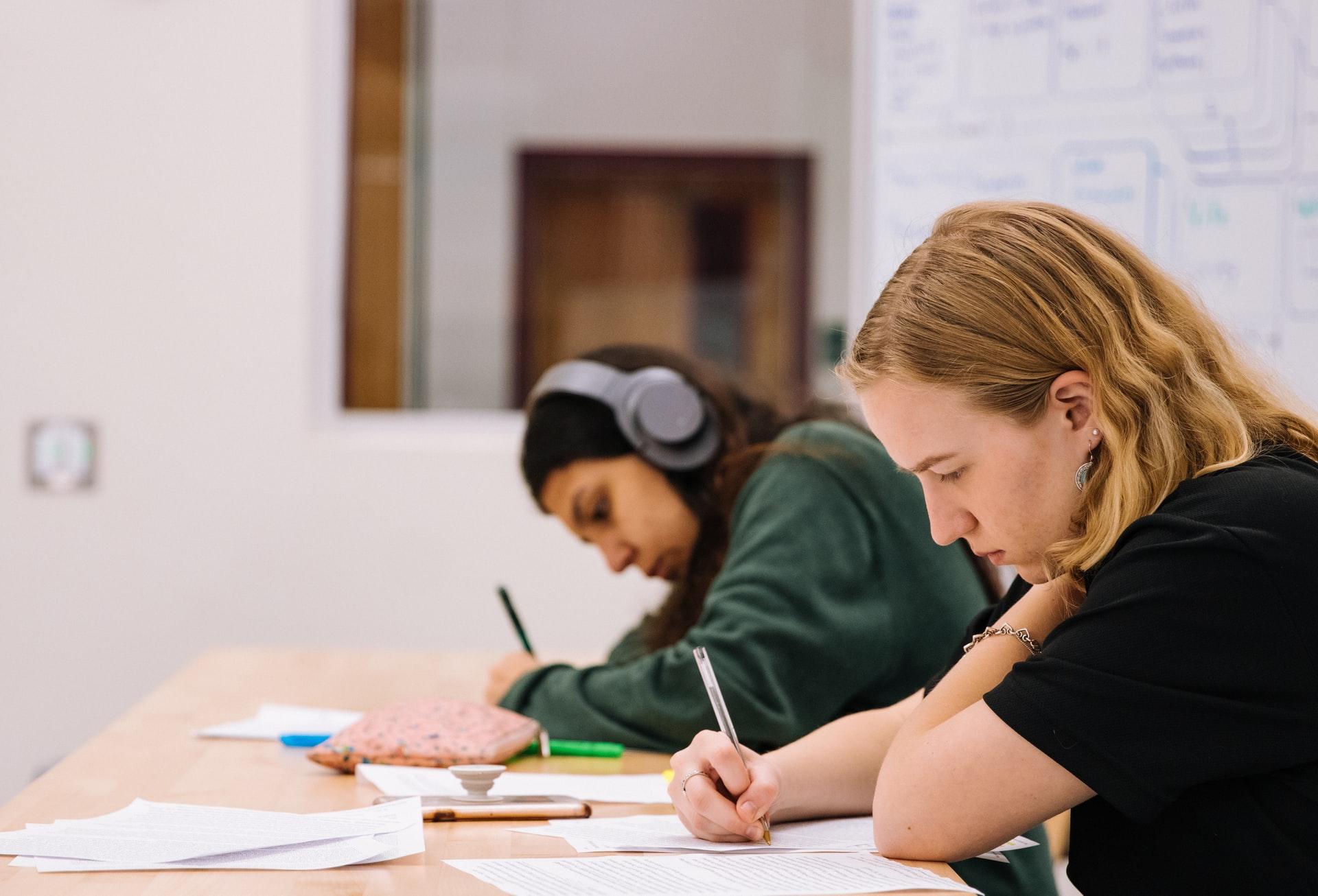 Ilustrasi siswa sedang melakukan ujian. Photo by Jeswin Thomas on Unsplash