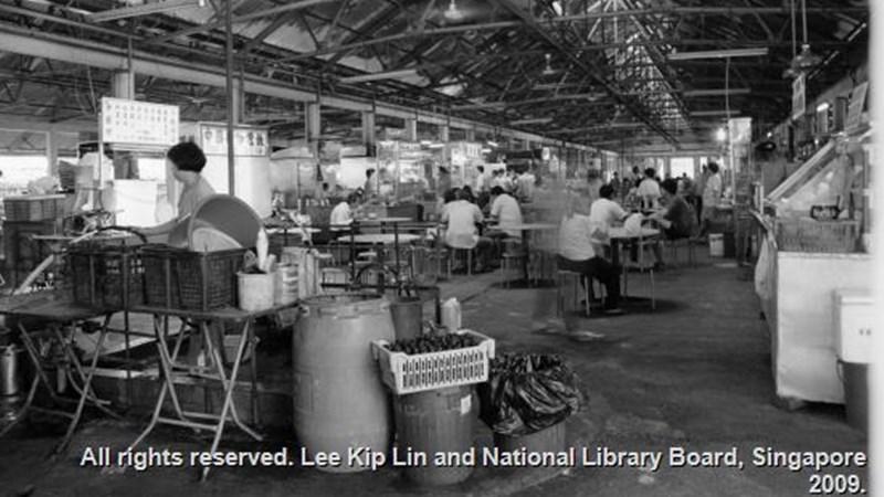 Maxwell Road Hawker Centre pada 1993. Sumber Lee Kip Lin and National Library Board, Singapore 2009.