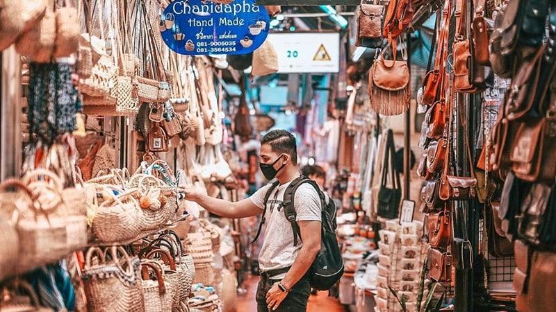 Bagian yang menjual beragam tas di Chatuchak Weekend Market. Instagram @dzikes