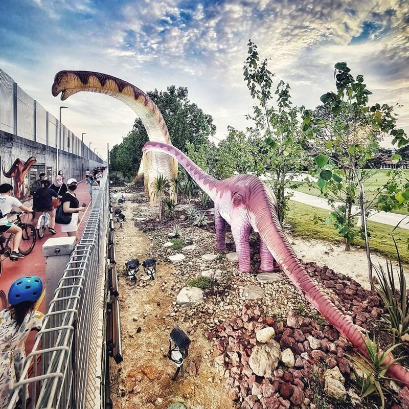 Berhenti sejenak menyaksikan kerennya dinosaurus leher panjang. Instagram @rockyrockguy