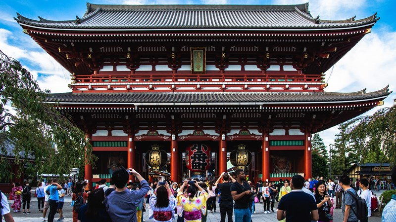 Gerbang masuk Sensoji Temple. Spot favorit pengunjung untuk berfoto. Photo by Nicholas Doherty on Unsplash 2