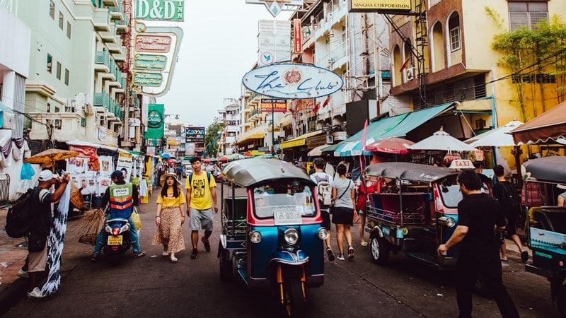 Ilustrasi Khaosan Road, lokasi populer tujuan turis asing. Photo by Evan Krause on Unsplash