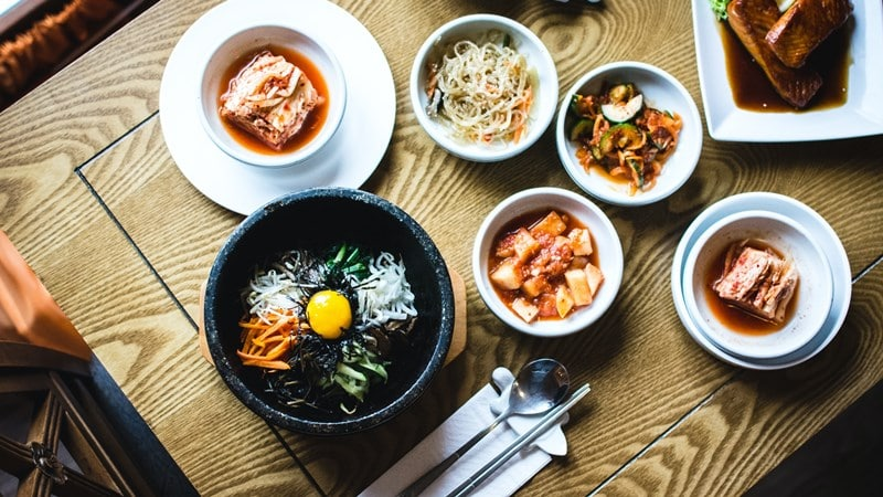 Ilustrasi beragam makanan khas Korea Selatan. Photo by Jakub Kapusnak on Unsplash