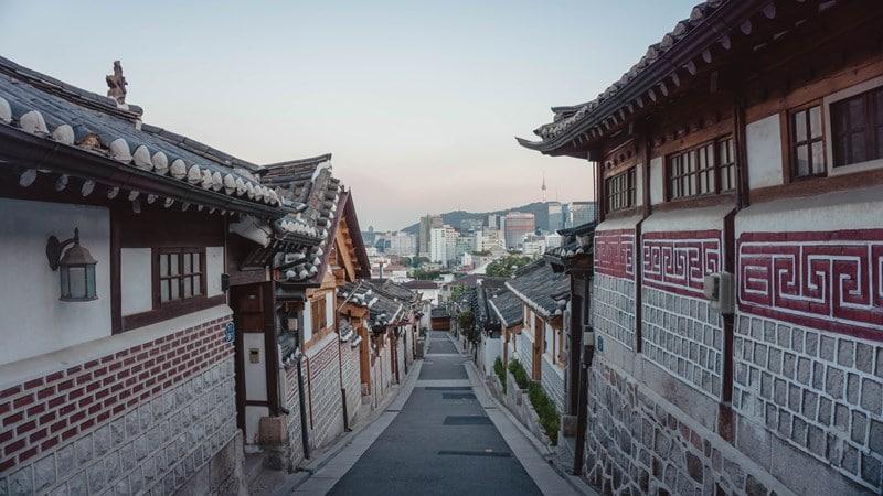 Ilustrasi desa wisata tradisional di Seoul. Photo by Yeo Khee on Unsplash