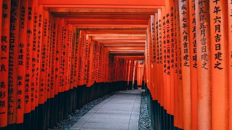 Ilustrasi gerbang torii di Fushimi Inari, Kyoto, Jepang. Photo by Lin Mei on Unsplash