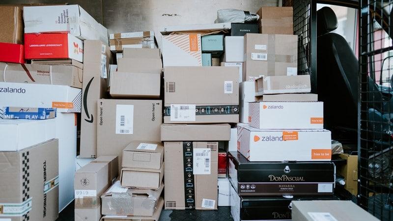 Ilustrasi jasa kirim sedang mengirim barang ke penerima. Photo by CH Claudio Schwarz