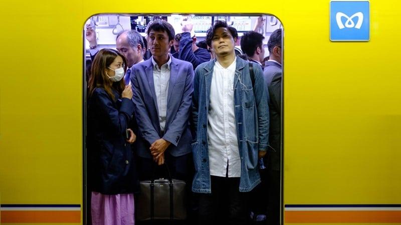 Ilustrasi kereta Jepang penuh penumpang. Photo by Ajay Murthy on Unsplash