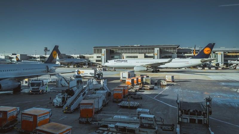 Ilustrasi kirim kargo menggunakan pesawat. Photo by Ilya Cher on Unsplash