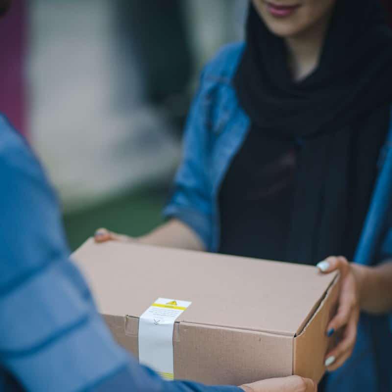 Ilustrasi kurir mengantarkan barang ke penerima langsung. Photo by RoseBox on Unsplash