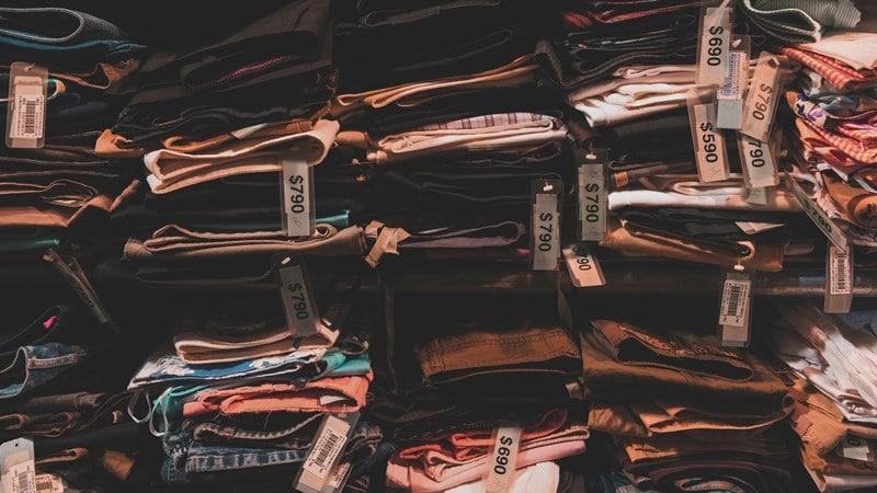 Ilustrasi label harga baju. Photo by Henry & Co on Unsplash