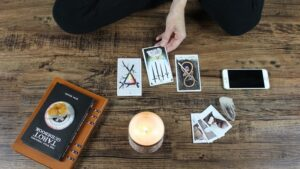 Ilustrasi membacakan kartu tarot. Photo by Jen Theodore on Unsplash