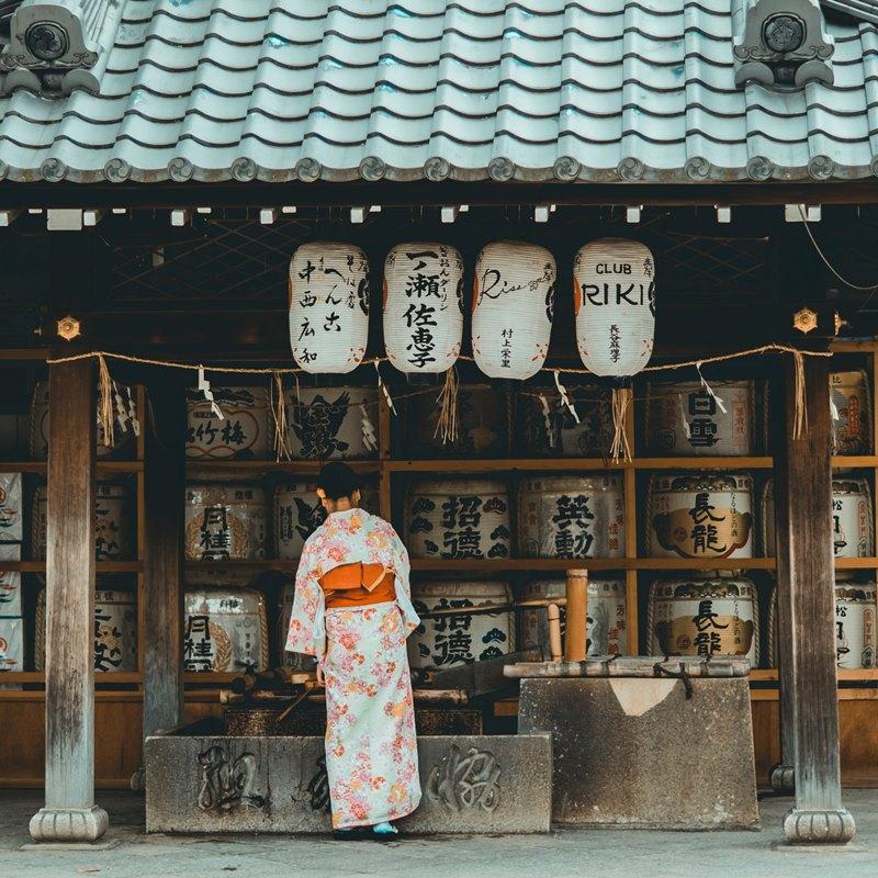 Ilustrasi orang Jepang menggunakan kimono. Photo by bantersnaps on Unsplash
