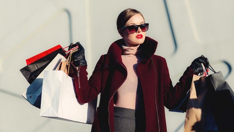 Ilustrasi orang belanja banyak. Photo by freestocks on Unsplash