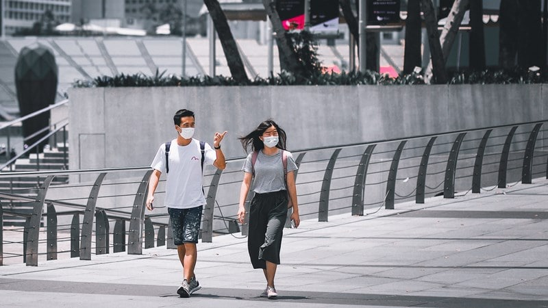 Ilustrasi orang sedang jalan-jalan di Marina Bay. Photo by Victor He on Unsplash
