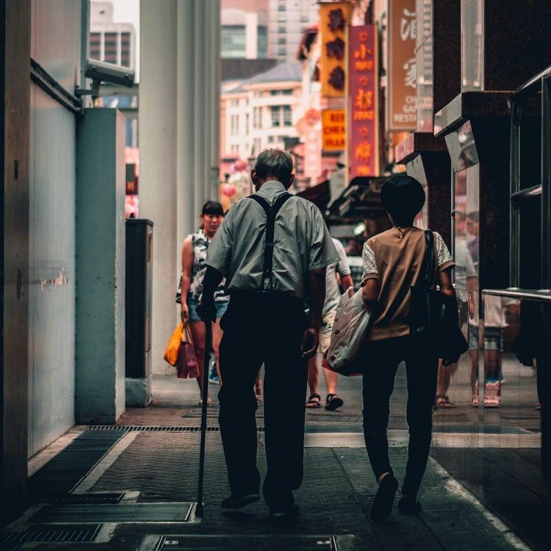 Ilustrasi pasangan orang tua lansia di Singapura. Photo by Lily Banse on Unsplash